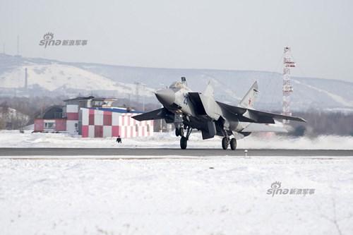 Mikoyan MiG-31 (NATO định danh là: Foxhound) là tiêm kích đánh chặn tầm xa siêu âm, có thể tác chiến trong mọi điều kiện thời tiết.