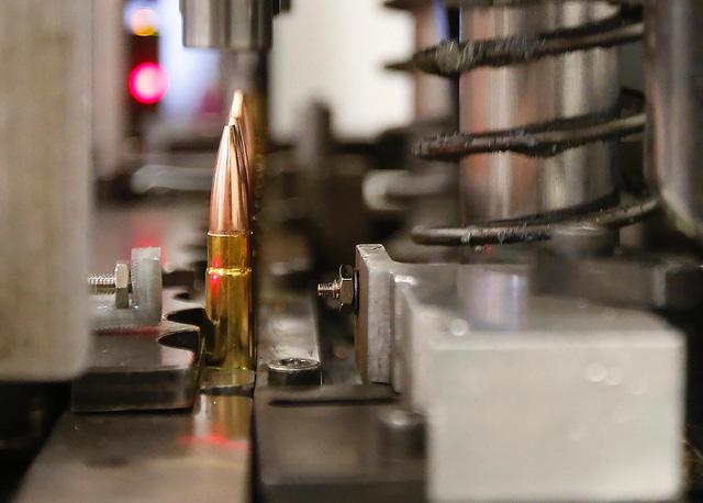 Chiếc máy này sẽ lắp ráp đầu đạn với vỏ đạn để tạo thành viên đạn 300 AAC Blackout hoàn chỉnh.