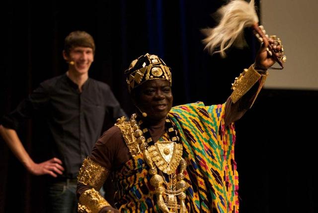 """Hiện tại, Céphas Bansah vẫn đang sống tại Ludwigshafen với vợ và hai người con của mình. Hàng năm, ông viếng thăm Ghana ít nhất là 8 lần một năm và ông vẫn cai quản """"thần dân"""" của mình từ đất nước Đức xa xôi."""