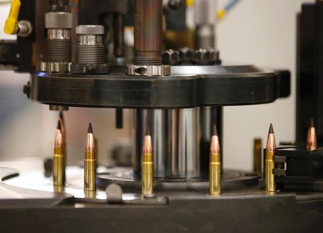 Một chiếc máy lắp ráp đạn .308: nó sẽ nạp thuốc súng vào vỏ đạn, lắp đầu đạn để tạo thành những viên đạn .308 hoàn chỉnh.