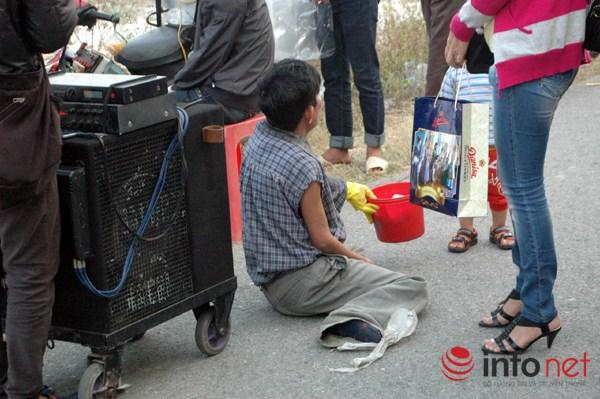"""Chợ Viềng Phủ: Hàng Trăm Người ăn Xin """"cái Bang"""" Vây đền Mẫu, Phủ Dầy"""