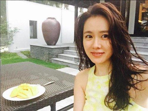 Nữ diễn viên khoe mặt mộc ở Hội An, Việt Nam.
