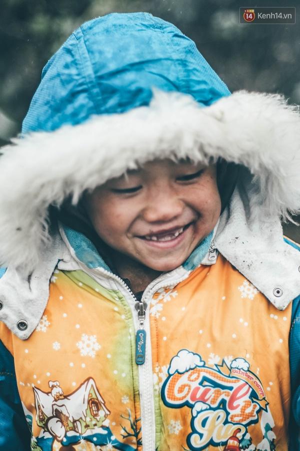 Nụ cười rất đỗi trong trẻo, rất đỗi hồn nhiên của các em.