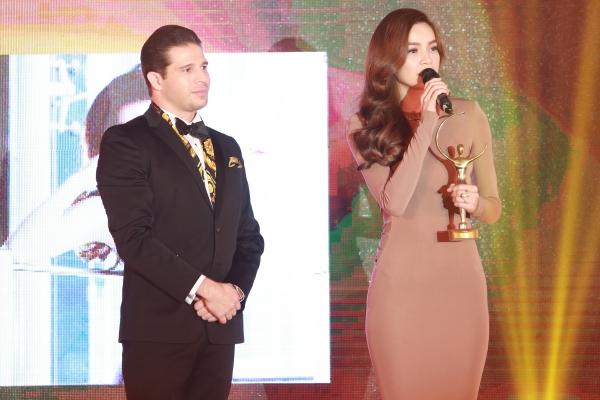 Nữ ca sĩ nhận giải thưởng Cống hiến nổi bật cho ngành thể hình và giải trí trong sự kiện