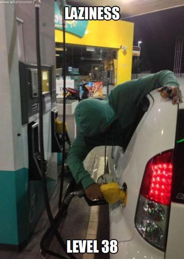9. Đổ xăng mà không cần ra khỏi xe.