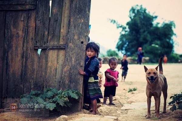 Nét rụt rè của trẻ em là thứ rất dễ bắt gặp trên các con đường vùng cao.