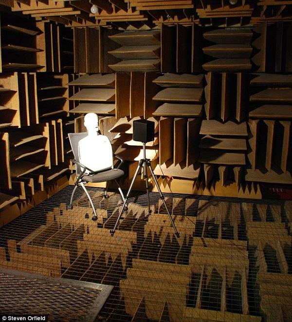 Tường và sàn của căn phòng được thiết kế đặc biệt nhằm hút mọi âm thanh.
