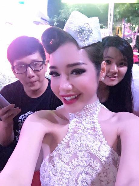 Khác hẳn với gương mặt xinh đẹp đã được photoshop, ảnh do chính Elly Trần đăng lên trang cá nhân lại chẳng lung linh bằng.