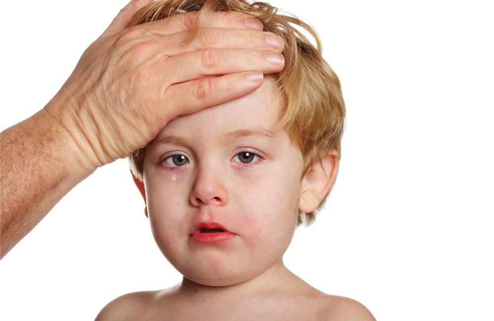 Các bậc phụ huynh cần sớm phát hiện những dấu hiệu sức khỏe bất thường của trẻ.