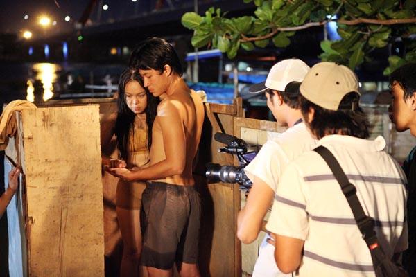 Vẻ mặt căng thẳng của Việt Hương khi lần đầu đóng cảnh nóng.