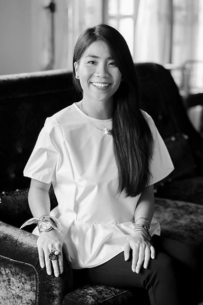 Nụ cười, ánh mắt của Anna Võ toát lên vẻ thanh lịch và tự tin của một nhà thiết kế trẻ tài năng.