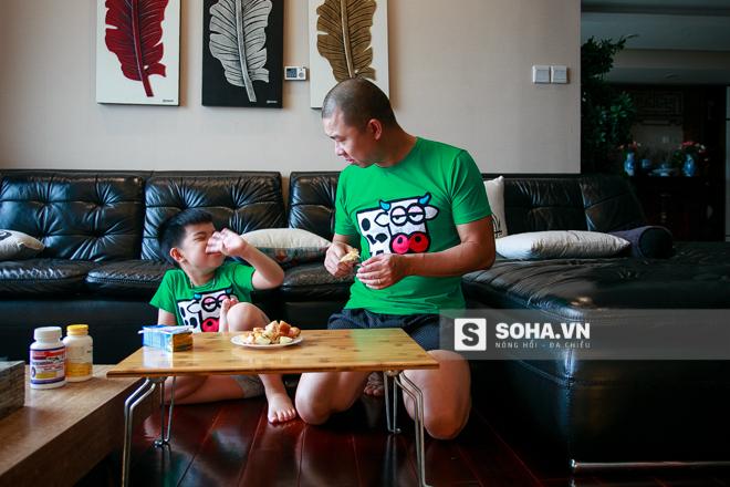 Sau đó, diễn viên Hải Anh giúp con trai ăn nốt bữa sáng của mình.