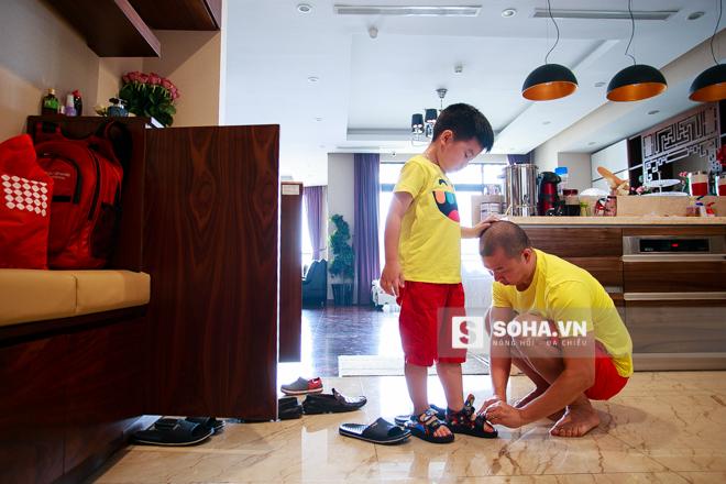 2 bố con Híp thay một bộ quần áo tone-sur-tone để chuẩn bị ra ngoài ăn trưa