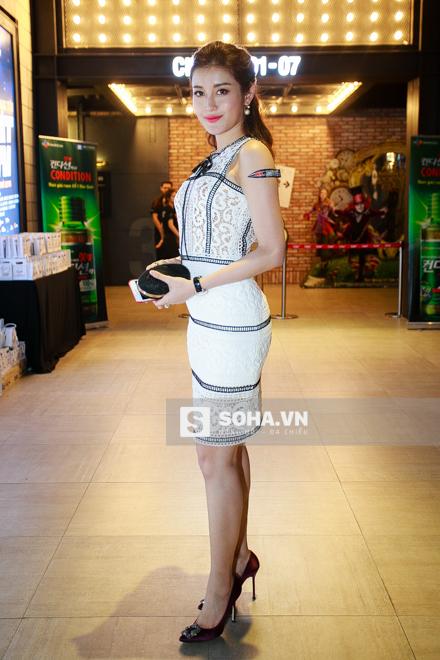 Á hậu Huyền My cùng rất nhiều sao Việt cũng tới tham dự sự kiện và chúc mừng ê-kip làm phim.