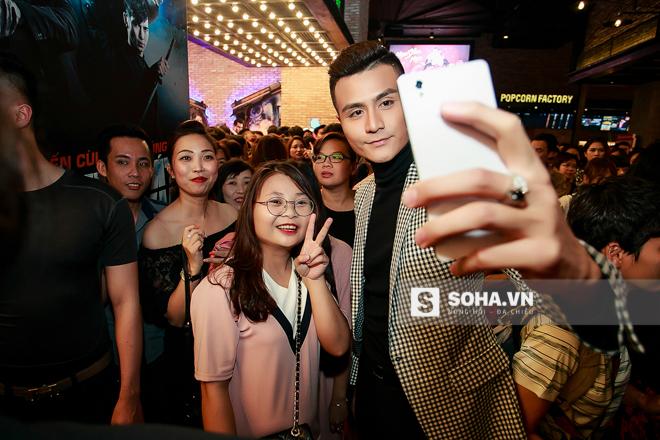 Ngay sau khi buổi giao lưu với khán giả kết thúc, rất nhiều fan nữ vây quanh Vĩnh Thụy xin chụp hình lưu niệm cùng anh.