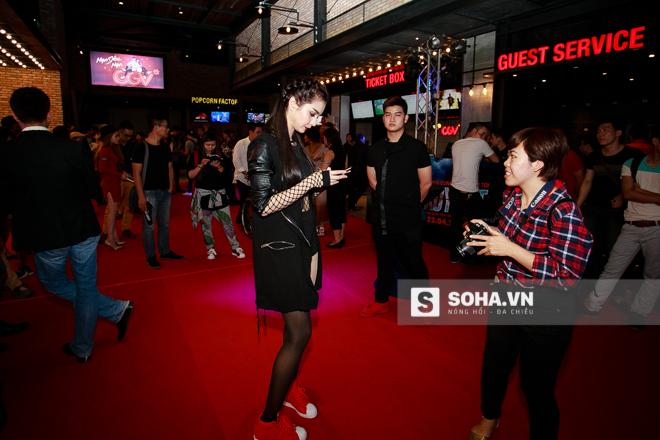 Mai Lee - bạn gái Cường Seven cũng có mặt tại sự kiện để ủng hộ anh. Tuy nhiên, cả hai luôn giữ khoảng cách và tránh chụp hình chung.