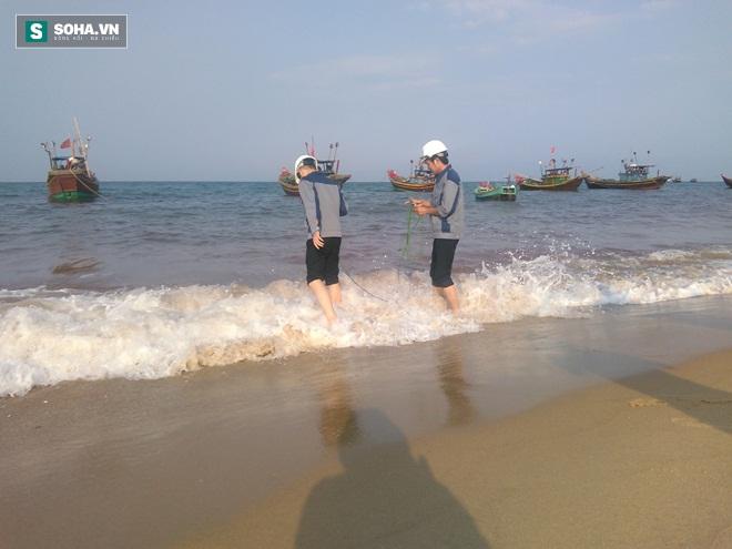 Các nhà khoa học lấy mẫu nước biển tại xã Nhân Trạch chiều 4-5 (Ảnh: Trần Phúc)