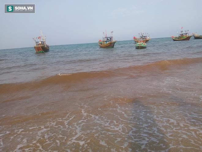 Nhiều người dân Nhân Trạch cho rằng nước biển đổi màu là bình thường (Ảnh: Trần Phúc)