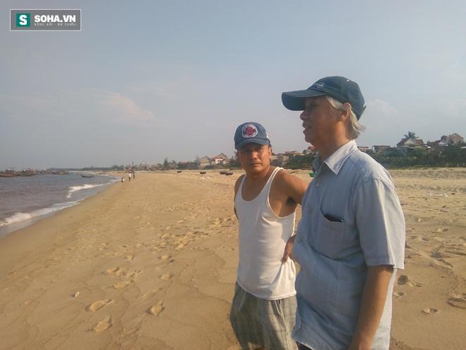 Ông Viết (áo trắng) cung cấp thông tin cho Giáo sư, Tiến sĩ Dương Đức Tiến (Ảnh: Trần Phúc)