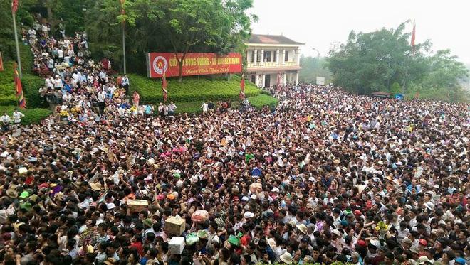 Biển người chen lấn, xô đẩy đi lễ ở Đền Hùng. (Ảnh: Nguyễn Quốc Khánh)
