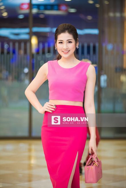 Á hậu Tú Anh nổi bật với set đồ màu hồng.