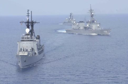 Hai tàu khu trục của Lực lượng phòng vệ biển Nhật Bản và một tàu chiến Philippines tham gia tập trận chung trên biển Đông tháng 5/2015. (Ảnh: SCMP)