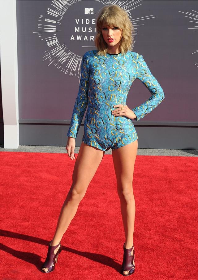 Taylor Swift có đôi chân dài không kém các người mẫu nổi tiếng.