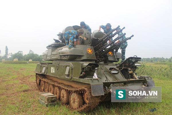 Kíp chiến đấu pháo phòng không tự hành ZSU-23-4M1 của Học viện PK-KQ huấn luyện chuẩn bị cho diễn tập bắn đạn thật.