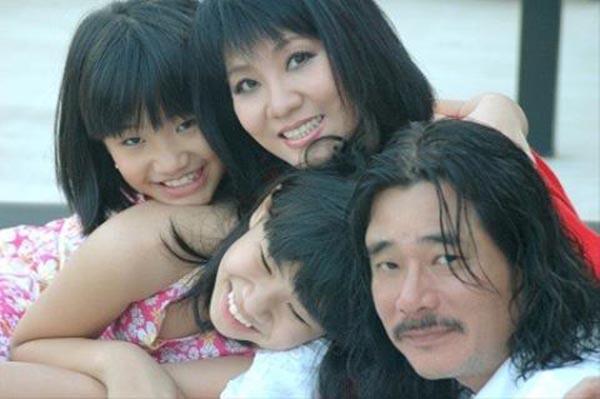 Khoảnh khắc thủa nhỏ của Vân Khánh bên chị gái và bố mẹ.