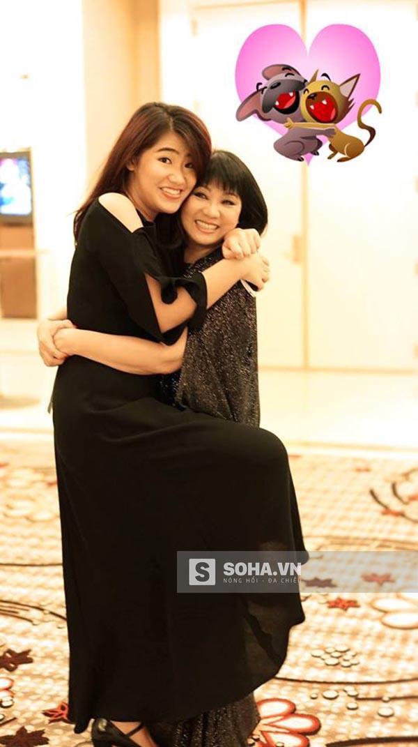 Ngay từ bé, cô đã được bố mẹ và chị gái tên Triệu Mẫn chỉ dạy, hướng dẫn cách ứng xử sao cho phải phép với người lớn tuổi và xuất hiện trước đám đông.