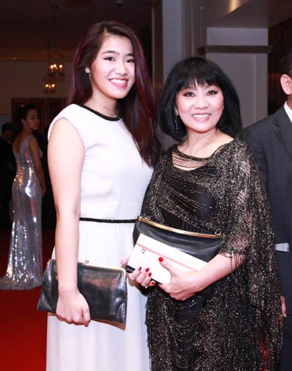 Khoảnh khắc Vân Khánh khoe nhan sắc xinh đẹp, cao ráo bên mẹ khi tham gia một sự kiện diễn ra cách đây không lâu.