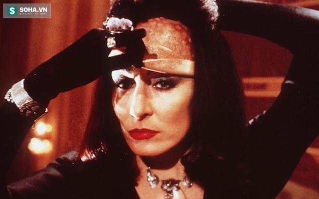 Nữ diễn viên Angelica Houston trong vai Grand High Witch. Mụ phù thủy ...