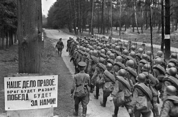 Quân dự bị động viên của Liên Xô tiến ra mặt trận. Bảng trên cây bên trái ảnh có gi dòng chữ: Chiến thắng hay là chết (Ảnh của RIA NOVOSSTI)