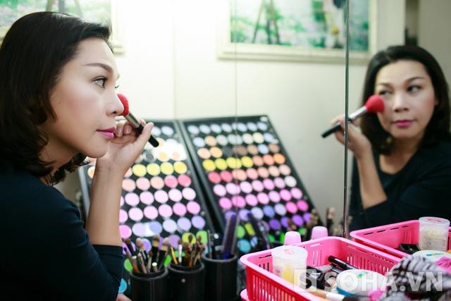 Công việc đầu tiên Lê Duy làm khi thức dậy lúc 7h30 là make-up. Chị chọn cho mình những tone màu khá nhẹ nhàng, tươi sáng.