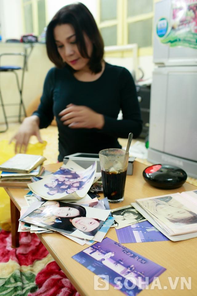 Vừa ngồi nhâm nhi cafe, chị vừa lôi album ảnh ra và cùng phóng viên hàn huyên những câu chuyện cũ. Trong đó, đa phần là những bức ảnh từ khi chị chưa chuyển giới.
