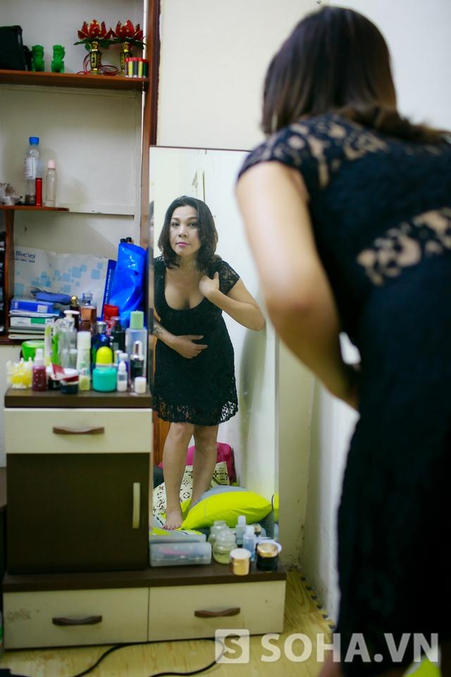 Khoảng 8h30, chị thay một chiếc váy ren đơn giản để chuẩn bị đón học sinh lớp make up tới học. Sau hơn chục năm làm nghề trang điểm, chị đã đào tạo cho rất nhiều thế hệ học viên khác nhau.