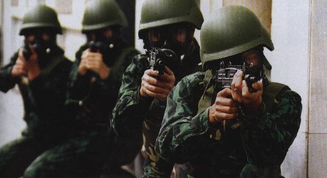 Những chiếc mũ Kevlar chống đạn đầu tiên được nhập từ Israel trang bị cho lực lượng đặc công, lực lượng chuyên trách phòng chống ma túy bộ đội biên phòng. Mũ chống đạn Kevlar có khả năng chống đạn súng ngắn 9mm, thiết kế cùng hệ dây đeo hiện đại giúp ôm gọn phần đầu của người lính.