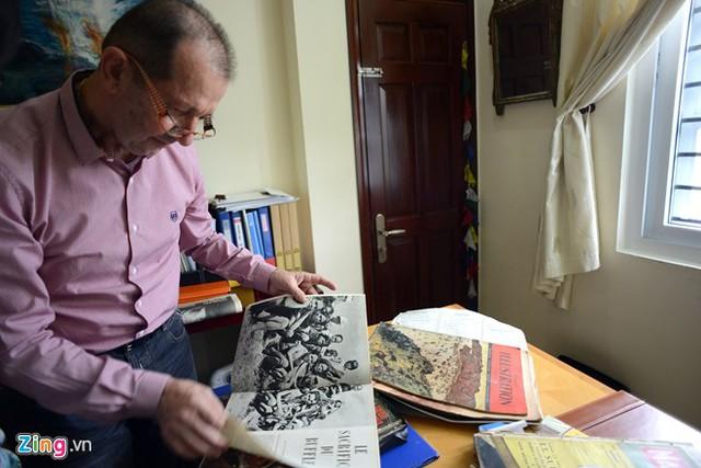 Ông Guy Lacombe là một doanh nhân người Pháp đã sống và làm việc ở Việt Nam hơn 14 năm. Ông say mê Văn hoá Việt Nam nên sưu tầm được nhiều cổ vật giá trị. Trong ba năm, Guy Lacombe miệt mài sưu tầm bưu ảnh Đông Dương bằng cách mua bán và trao đổi trên mạng internet và hiện có khoảng 3000 bức bưu ảnh từ năm 1896 đến 1945 .