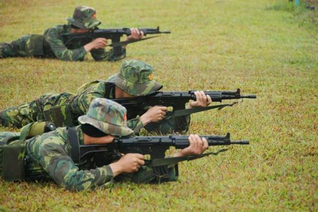 Phiên bản FNC nòng ngắn được sử dụng cho bài thi súng cạc bin.