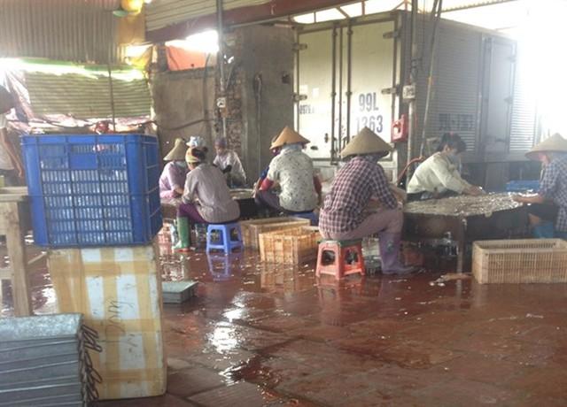 Sản xuất nội tạng lợn cực bẩn trong cơ sở Đông Loan.