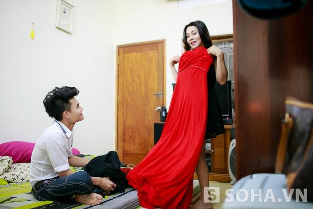 Ông xã vui vẻ giúp chị thử đồ và khen vợ mặc đẹp. Trong mắt anh, Lê Duy luôn là một người phụ nữ dịu dàng và rất đỗi ngọt ngào.