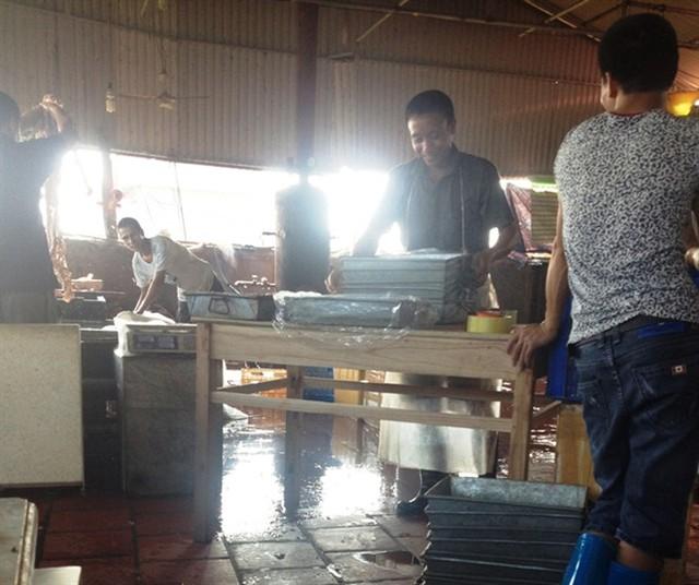 Cận cảnh sản xuất nội tạng lợn cực bẩn trong cơ sở Đông Loan.