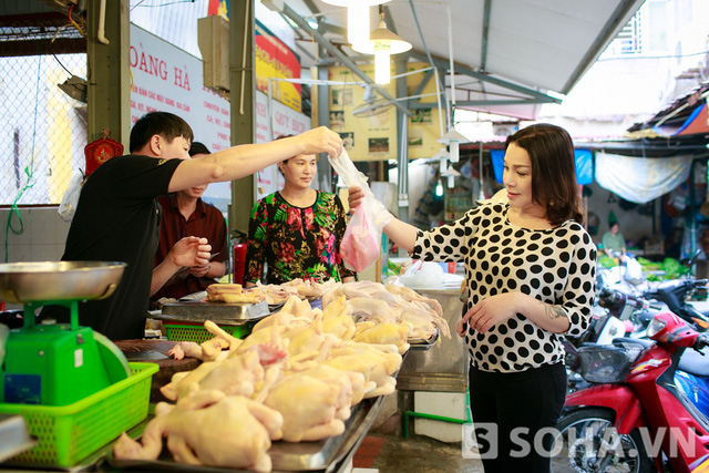 Lê Duy rất khéo léo trong việc đi chợ, nấu ăn. Do gia đình khó khăn, chị đã phải đảm nhiệm công việc này từ năm 7 tuổi. Với chị, nấu nướng là việc vô cùng dễ.