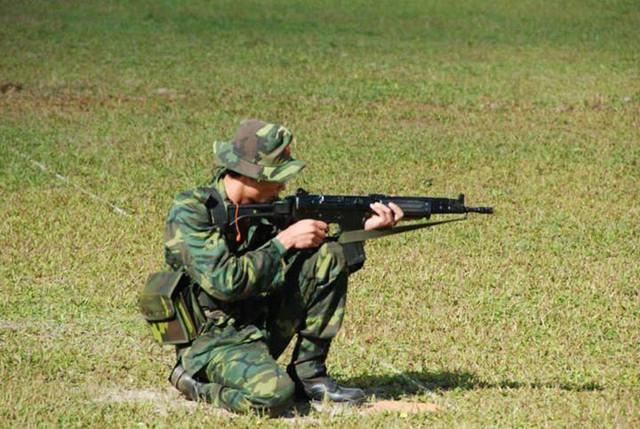 Một phiên bản khác của FNC là bản cạc bin. Có cấu tạo giống như bản súng trường, bản cạc bin của FNC chỉ khác là chiều dài nòng súng ngắn hơn 363mm, chiều dài tổng thể 911mm (báng mở), 667mm (báng gấp).