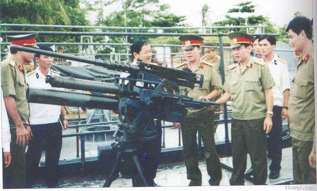 Vũ khí trang bị nguyên bản trên tàu PCF gồm súng máy hạng nặng M2 và cối bắn thẳng kẹp nòng cỡ 81mm.