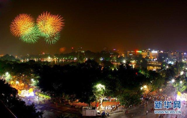 Hà Nội Bắn Pháo Hoa Tại Hồ Hoàn Kiếm, Chào Mừng 60 Năm Ngày Giải Phóng Thủ  Đô. Ảnh: Tân Hoa Xã/Ttxvn.