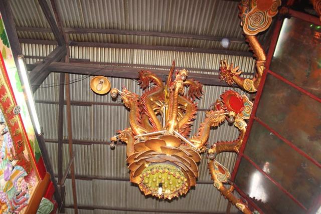 Lục Long Đăng gồm 3 chóp đỉnh với 6 con rồng lớn uốn cong, đuôi chụm vào nhau, đầu trổ ra các phía, đáy đèn là một bông sen nâng đỡ. Thân rồng được làm hoàn toàn bằng đất sét với ngàn vạn chi tiết tinh vi, lại có trọng lượng khá nặng, vậy mà treo mấy chục năm nay vẫn không hề bị biến đổi gì.