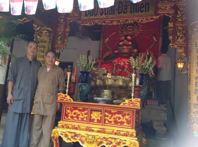 Đại đức Thích Thanh Hùng (bên phải) trụ trì chùa Liên Tỉnh.