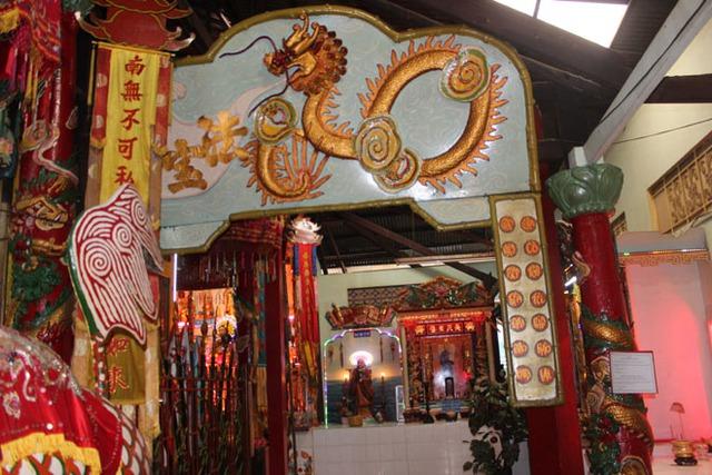Một bức phù điêu rồng bằng đất sét trong chùa.