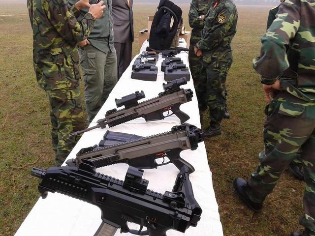 Trong ảnh là các loại súng của công ty Česká zbrojovka Uherský Brod (CZ), CH Séc. Từ gần ra xa là mẫu CZ Scorpion Evo 3, CZ-805 Bren A2, CZ-805 Bren A1.